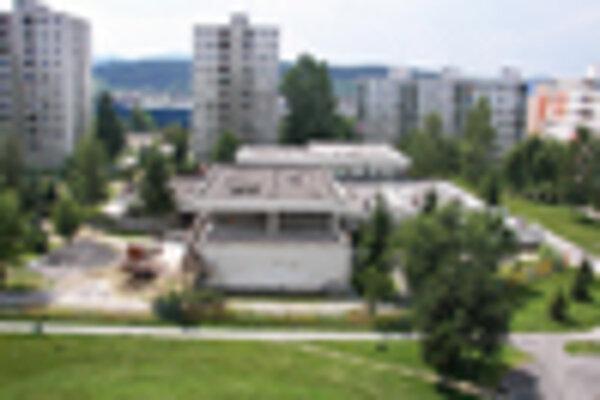 Z cirkevnej materskej škôlky vo vnútrobloku na Gaštanovej ulici na Solinkách plánuje správca farnosti Ján Hudec vytvoriť deväťtriednu základnú školu. Obyvateľom okolitých domov sa to nepáči.