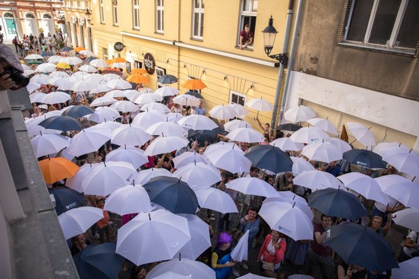 Dáždniková ulica - Umbrella street prekonala rekord v počte naraz otvorených dáždnikov.