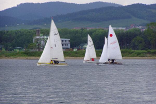 Jachtári si zmerajú svoje sily vo vytrvalostných 24-hodinových pretekoch.