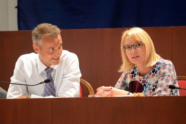 Keď ich Košičania kritizovali na mestskom zastupiteľstve pre EEI, mali z toho vtedajší primátor Richard Raši a jeho námestníčka Renáta Lenártová (obaja Smer) zábavu. Raši už problémy s neplatnou zmluvou, ktorú podpísal, riešiť nemusí. Bordel po ňom (i po sebe) upratuje zastupujúci primátor Martin Petruško (Smer).