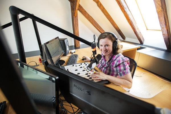 Maca Schmidtová sa poslucháčom prihovára z Trnavského rádia.