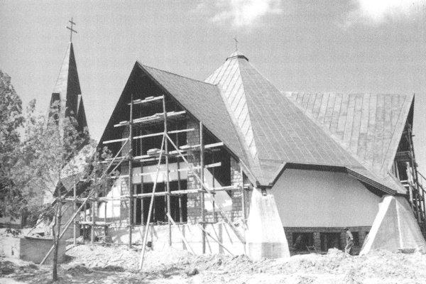 Kostol pred dokončením výstavby, 25 rokov dozadu.