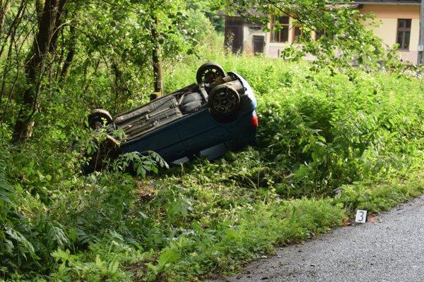 Vodička otočila auto na strechu. Jazdila opitá.