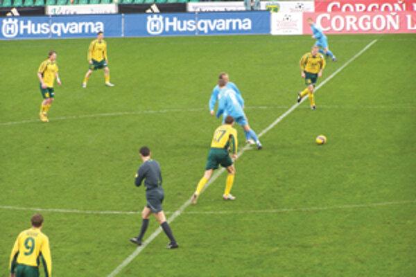 Výkop prvého jarného ligového stretnutia na žilinskom futbalovom štadióne, domácim sa proti Slovanu Bratislava nakoniec podarilo zvíťaziť.