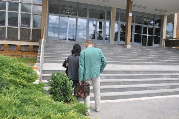 Martina s obhajcom pred budovou súdu po skončení neverejného zasadnutia.