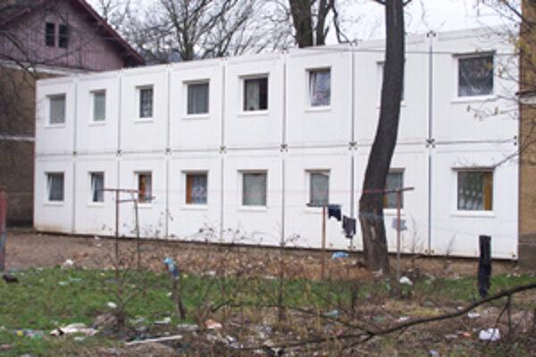 V unimobunkách na Bratislavskej ulici sa obyvatelia sťažujú na extrémnu vlhkosť, ktorá ich doslova ničí. Podľa výrobcu je to spôsobené preto, že v nich obyvatelia perú a sušia prádlo.