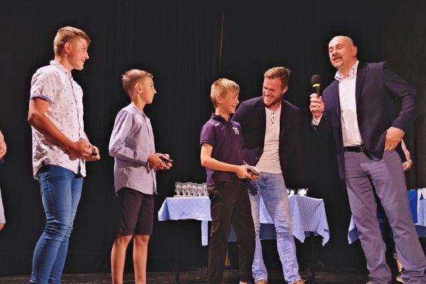 Kapitán Áčka odovzdáva ceny. Lukáš Pellegrini s mladšími futbalistami.