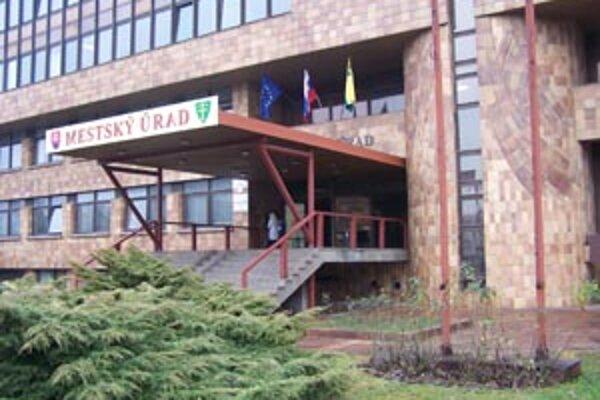 Popri slovenskej ažilinskej zástave môžete na budove Mestského úradu vidie aj vlajku Európskej únie.