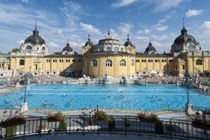 Jeden z vonkajších bazénov v Széchenyiho liečebných a termálnych kúpeľoch v Budapešti.