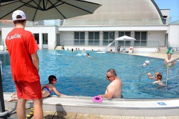 Dovolenkové počasie vyvoláva zatiaľ rozpaky. Jún bol pritom veľmi teplý. Kúpaliská si ľudia ešte veľmi neužili.