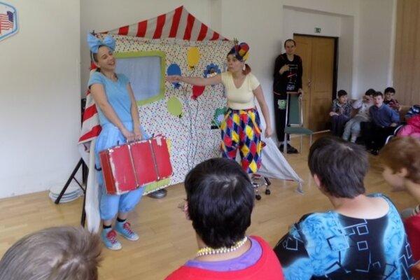 Dve mladé herečky sa predviedli vdivadelnom predstavení oklaunoch.