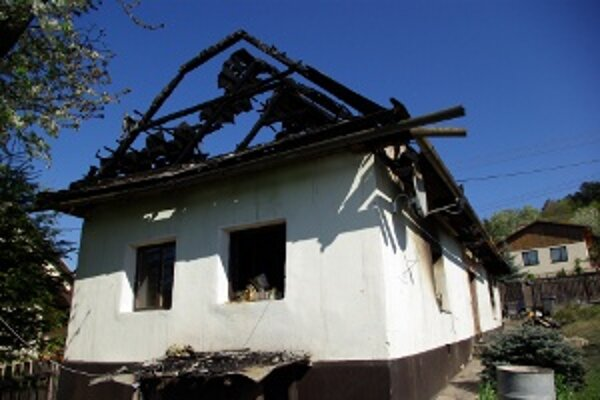 V dome sa po požiari nedá bývať. Jeho obyvatelia prežívajú ťažké chvíle.