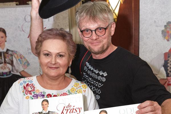 Autorka s fotografom pri krste knihy Odetí do krásy
