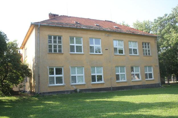 Pohľad zo zadnej časti budovy. Na objekte sú nové iba okná.