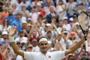 Roger Federer oslavuje postup do ďalšieho kola.