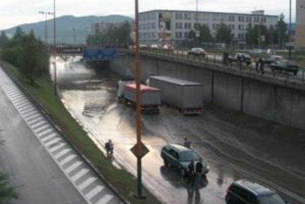 Autá na niektorých miestach jazdili vo vode.