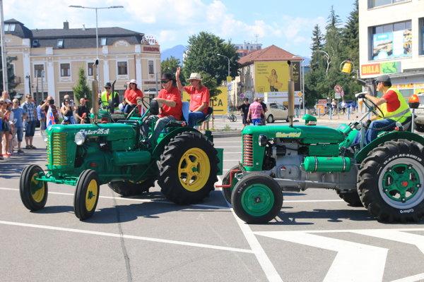 Traktoristi odchádzajú z Liptovského Mikuláša. Prišlo ich odprevadiť množstvo ľudí.