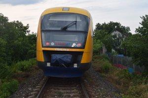 V mestskej časti Vrakuňa sa dnes ráno pred 6:00 zrazil vlak RegioJet s osobným autom.