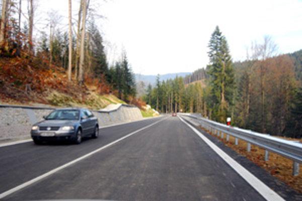 Výstavba cesty z Vychylovky do Oravskej Lesnej trvala 5 rokov. Stála 2,2 miliárd korún. Výrazne skráti cestu medzi Oravou a Kysucami a odľahčí cestovanie dolu celou Oravou a v okolí Strečna.