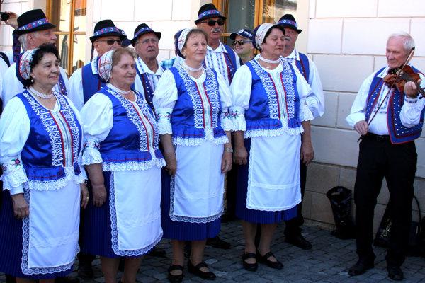 Minulú stredu pred bardejovským mestským úradom vítali slovenskú vládu folkloristi. (Zdroj: REDAKCIA)