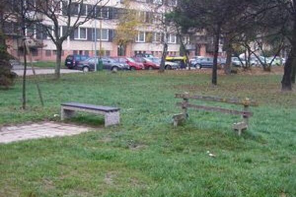 V meste pribudli nové lavičky. Táto na sídlisku Vlčince.