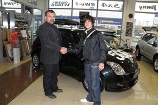 Spolumajiteľ firmy Peter Toman odovzdáva 500. auto majiteľovi Marcelovi Jarošovi.