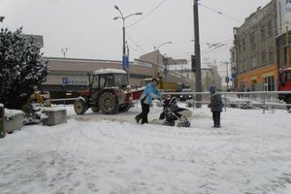Ráno mali ľudia na zasnežených chodníkoch v Žiline problémy