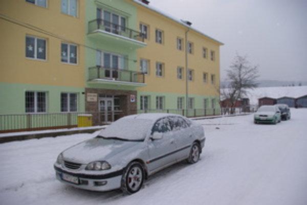 Detský domov v Bytči. Žije v ňom 40 detí v rodinných skupinách. Tešia sa na nové – staré auto.