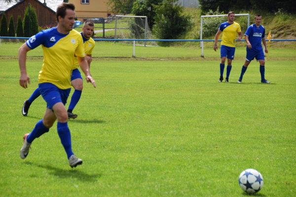 Momentka z prvého zápasu turnaja. Skalité (v žltom) vyhralo hladko 4:0.