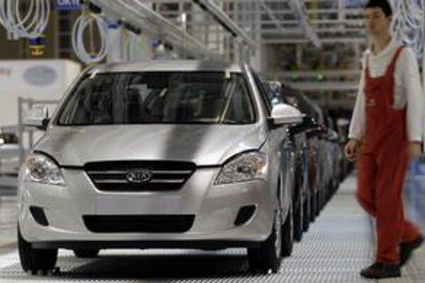 Výrobné linky žilinskej automobilky nepracujú naplno. Od pondelka bude z pásov vychádzať ešte menej nových áut.