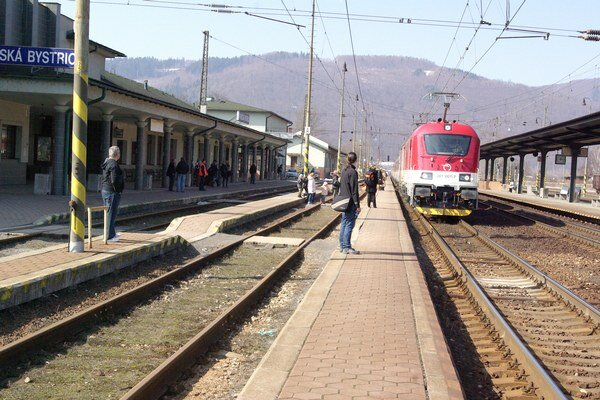 Vlaky meškajú počas rekonštrukcie trate pravidelne.