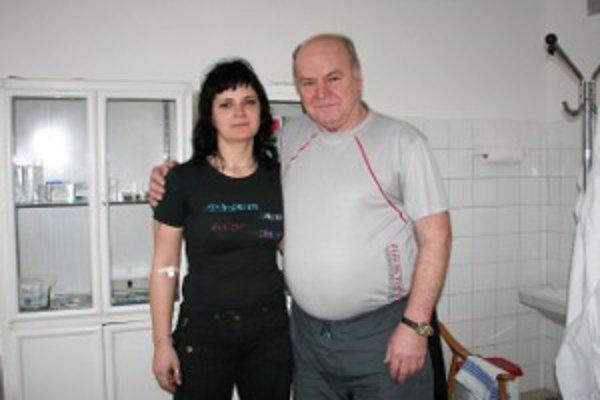 Jubilejný darca Vladimír Kondrk s dcérou. Daroval krv stokrát. A ak mu zdravotný stav dovolí, bude v tom pokračovať ďalej.