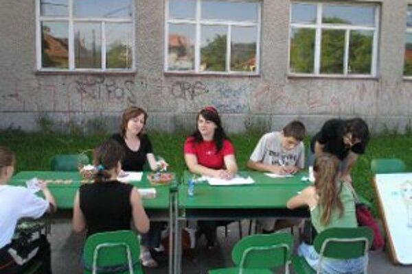 Text pod foto: Základná škola na Ulici mieru. Ani po opakovanom tendri mesto na rekonštrukcii neušetrí.