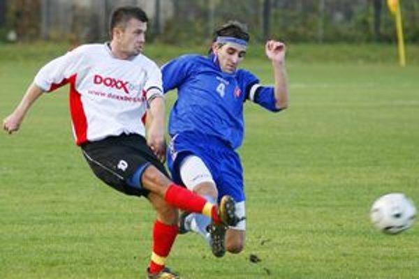 Futbalistom Lietavskej Lúčky (v bielom) sa podarilo vyhrať po dlhej dobe na ihrisku súpera.