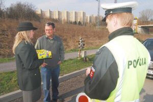 K vajíčkam policajtky pridali aj maľované pohľadnice od postihnutých detí.