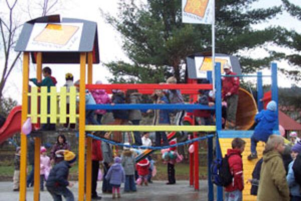 Po slávnostnom otvorení ihriska si deti vyskúšali všetky atrakcie, ktoré ihrisko ponúka