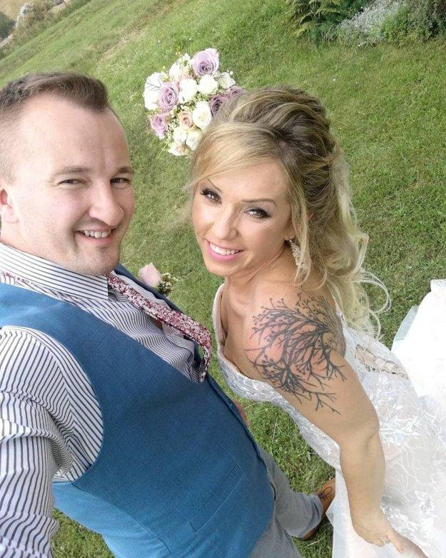 Manželský sľub spečatili na Horehroní, jedinú kyticu však držala nevesta.