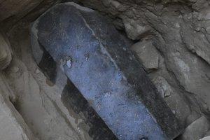 Obrovský čierny sarkofág objavili v hĺbke päť metrov.