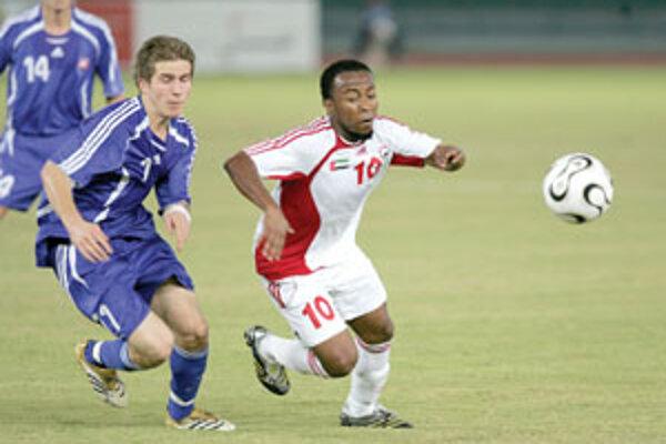 Mladý žilinský obranca Peter Pekarík počas svojho prvého reprezentačného štartu v priateľskom zápase proti Spojeným arabským emirátom. O loptu bojuje s domácim Emailom Mattarom.