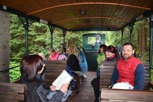 Cestovatelia sa vydali na jazdu železničkou.