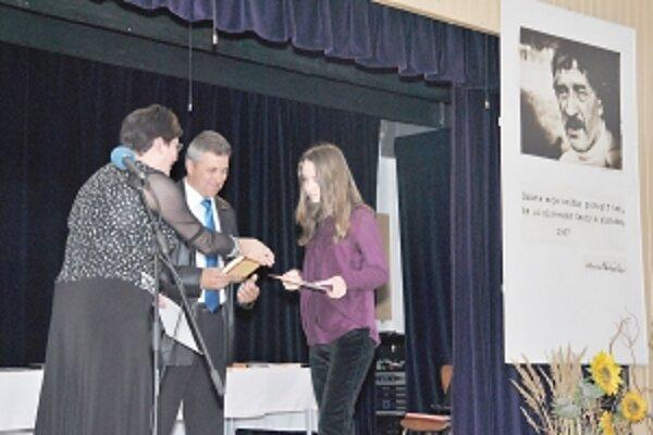 Ceny odovzdávali riaditeľka školy a starosta obce.