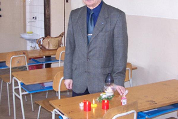 Riaditeľ Základnej školy v Rajeckých Tepliciach Branislav Babinec nám ukázal lavicu, za ktorou sedávala Magdalénka. Dva dni po jej smrti na jej mieste horeli sviečky, ktoré ju spolužiakom už len pripomínali.