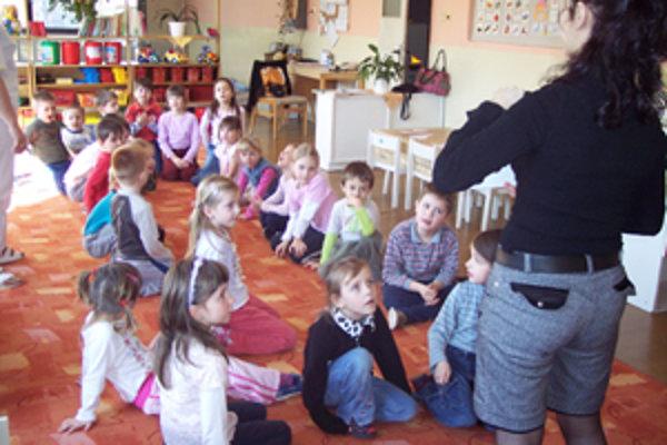 Na hodine angličtiny si deti z triedy Usmiateho slniečka hravou formou osvojujú základy cudzieho jazyka každý deň.