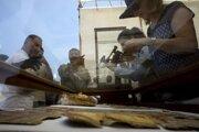 Novinári filmujú objavené artefakty v mumifikačnej miestnosti.