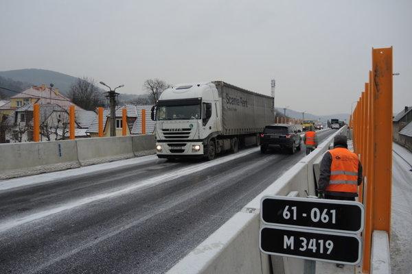 Pre práce na mostnom závere bude most počas najbližších dní čiastočne uzavretý, prejazdný bude vždy len jeden pruh.