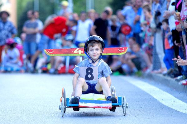 Prvé Majstrovstvá Slovenska ručne zhotovených detských minikár bez motora sa konali na Komenského ulici v Bardejove. (Zdroj: REDAKCIA)