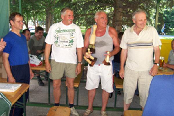 Podpredseda Mestskej ligy v kolkoch Igor Jakubček (prvý zľava) a zástupcovia najúspešnejších klubov. Marián Baumgartner (tím Vlci), Peter Minarčík (tím Čulibrk), Ladislav Gut (tím Akin).
