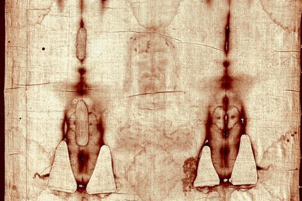 Výrez z Turínskeho plátna, s krvavými škvrnami, ktoré ukazujú negatívny obraz muža, údajne umučeného Ježiša.