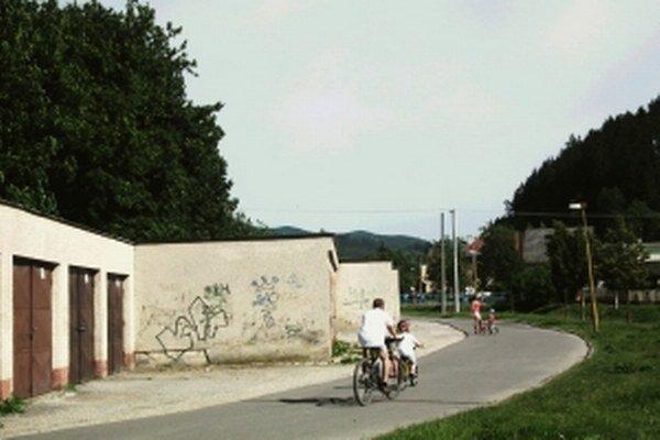 Mesto dostalo deväť pripomienok týkajúcich sa garáži medzi školou a Domanižankou.