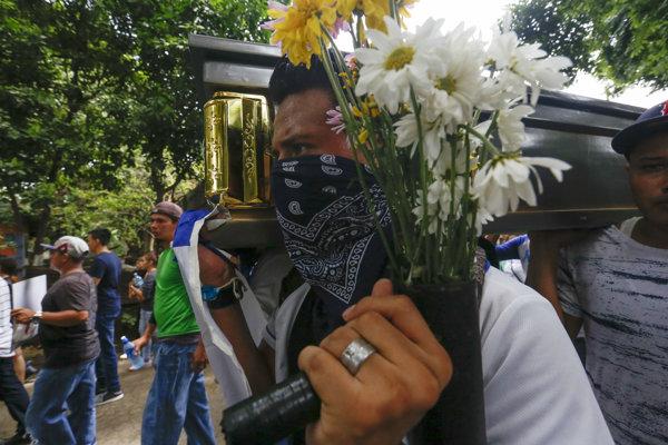 Archívna snímka z protestov v roku 2018.